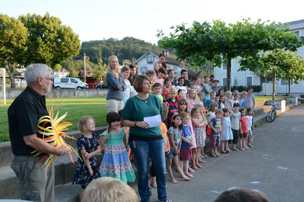 Mit dem Lied «Pack en Sunnestrahl», verabschieden Kinder und Lehrpersonen den scheidenden Interims-Schulleiter.